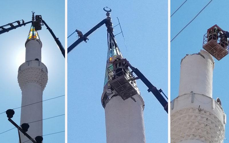 Depremde zarar gören minare külahı indirildi