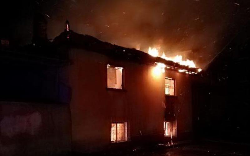 Alevler evi yuttu