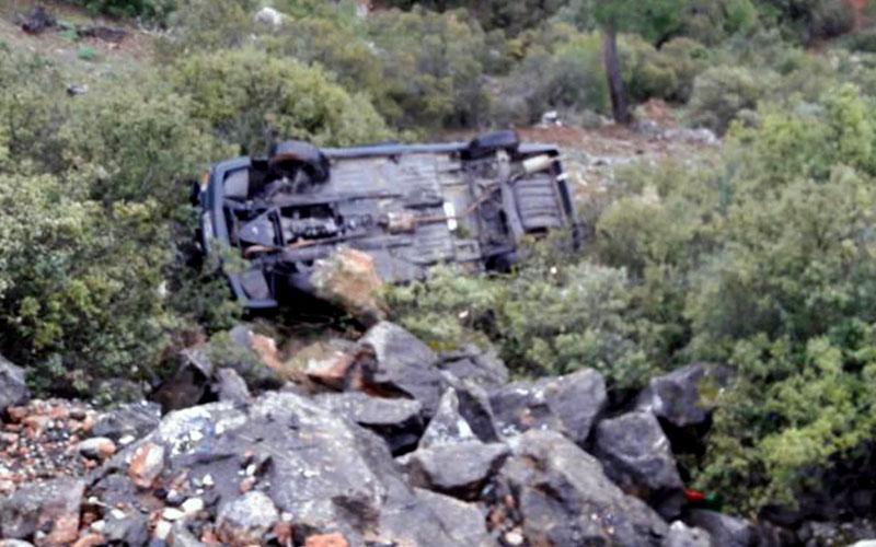 Otomobil kayaya çarparak devrildi: 3 yaralı
