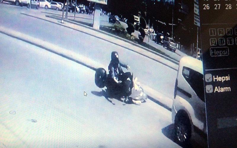 Motosiklet devrildi, sürünüp ticari araca çarptı
