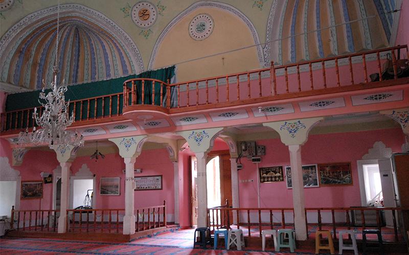 Barok süslemelerle bezenen dini mabet: Hırka Camisi