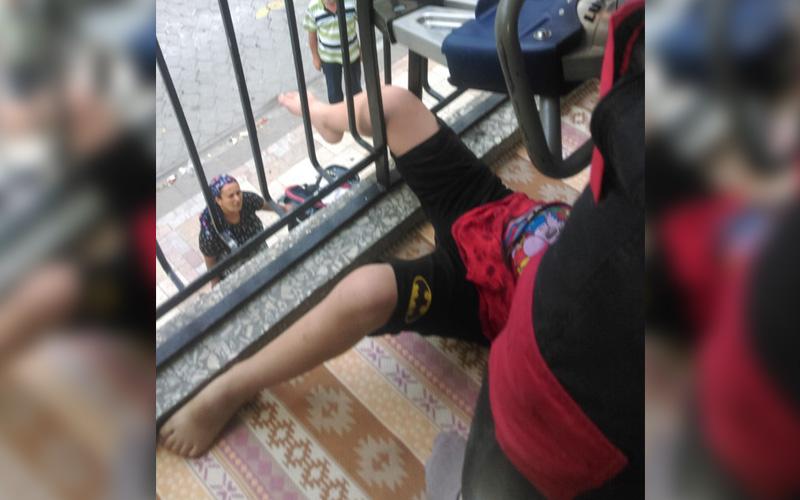 Balkon korkuluğuna bacağını sıkıştırdı, itfaiye ekibi kurtardı