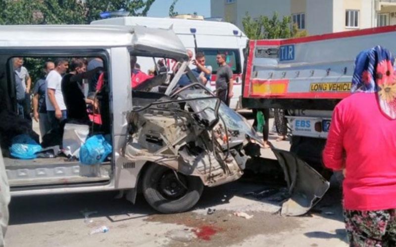 Minibüs park halindeki tıra çarptı: 7 yaralı