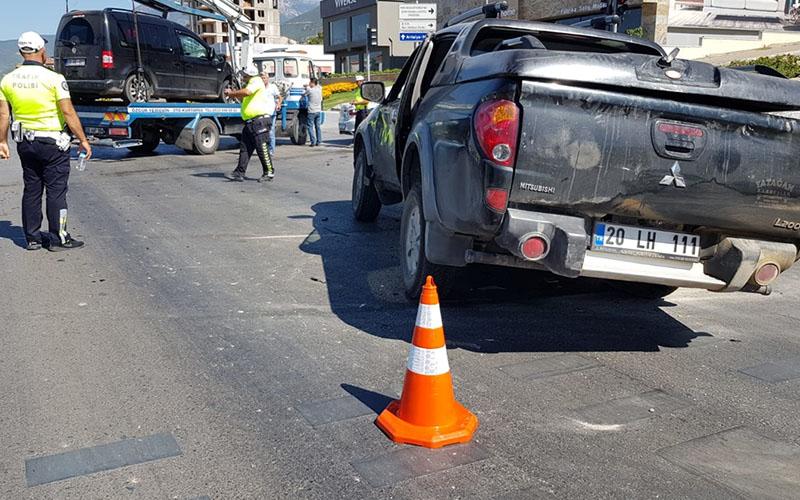 Pikap ile hafif ticari araç çarpıştı: 2 yaralı
