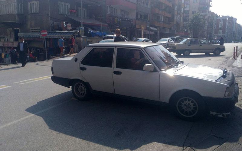 Park halindeki araç frenleri boşalınca kendi kendine hareket edip caddeye çıktı