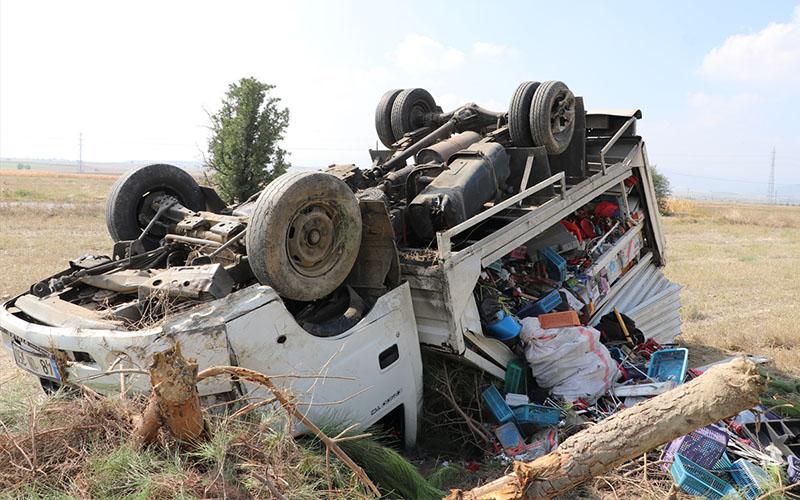 Yeni aldıkları kamyonetle dönüş yolunda kaza yaptılar