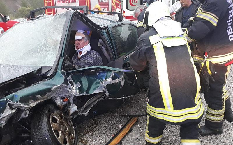 Kaza yaptı, aracın içinde sıkıştı