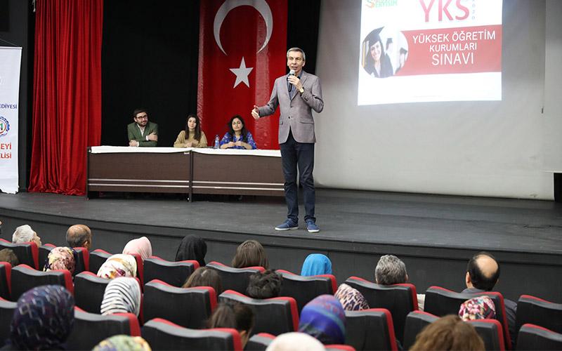 YKS'ye hazırlanan öğrencilerin velilerine seminer
