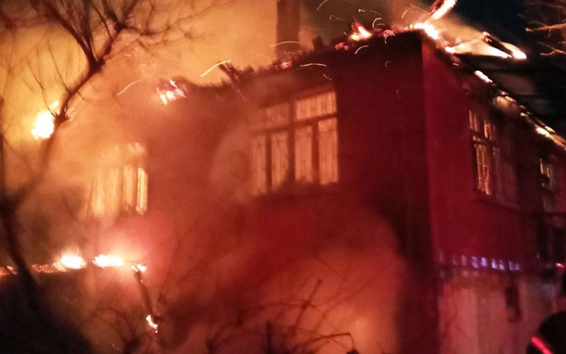 Alevler geceyi aydınlattı, mahallede korkulu anlar yaşandı