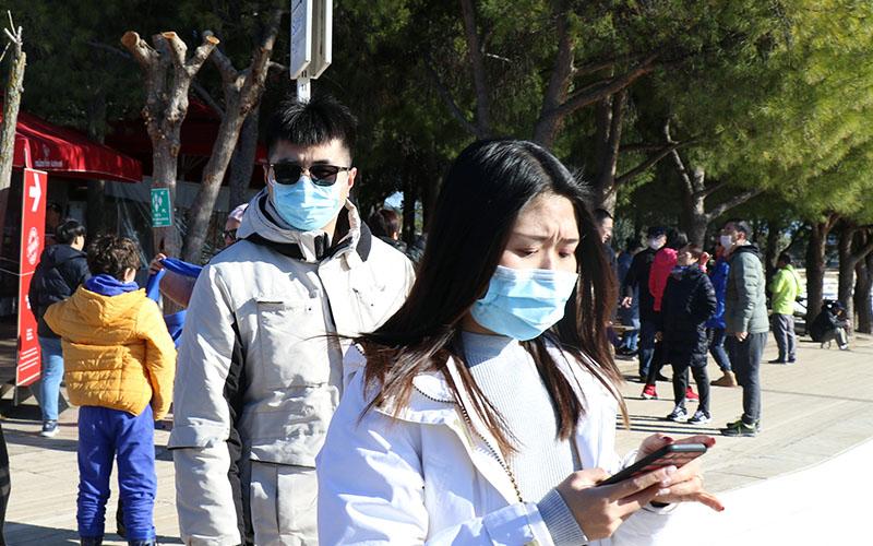Çinli turistler Pamukkale'yi ağızlarında maskeler ile geziyor
