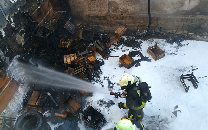 Depo yangını söndürüldü