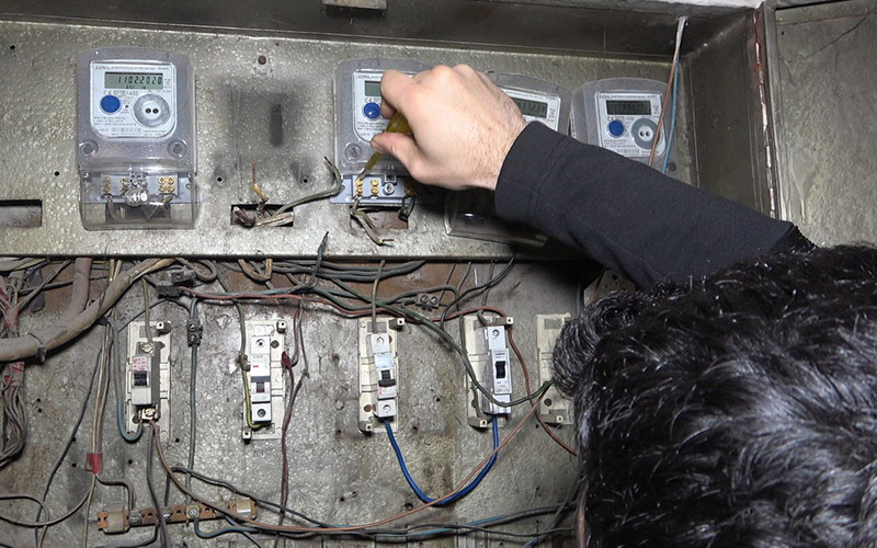 Elektrik akımı bağlı sayacı çaldılar