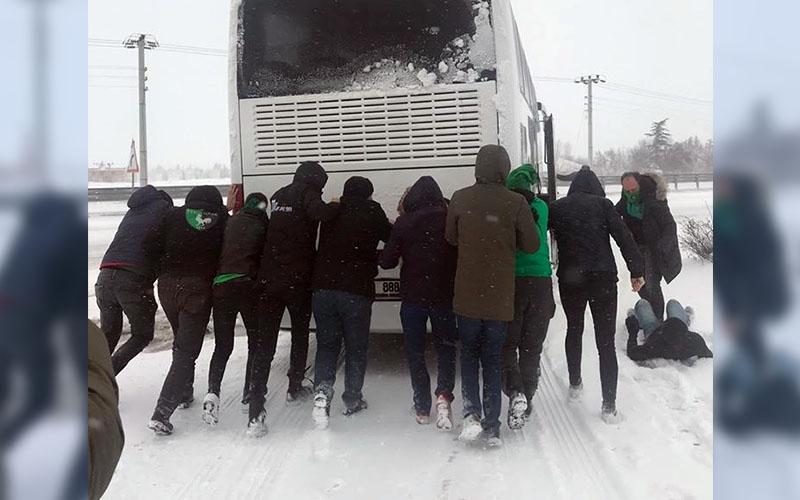 Denizlispor taraftarını taşıyan otobüs kara saplandı