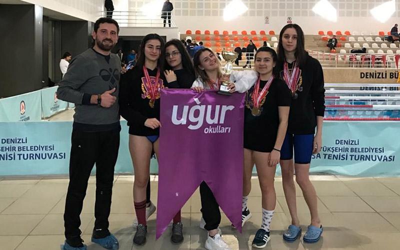 Uğur Okullarının kız yüzme takımı Denizli şampiyonu oldu