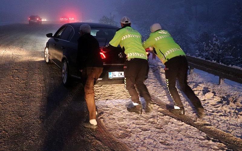 Şehirlerarası karayollarında buzlanma ulaşımı aksatıyor