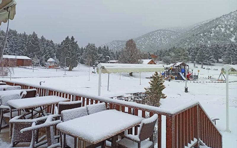 Yaylaya lapa lapa kar yağıyor