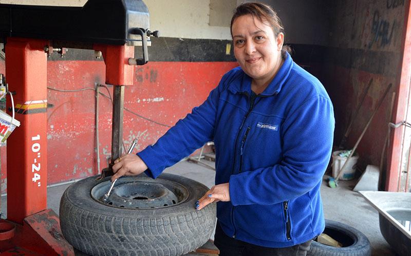 Duygu Usta, lastik tamirciliğinde 20 yılı geride bıraktı