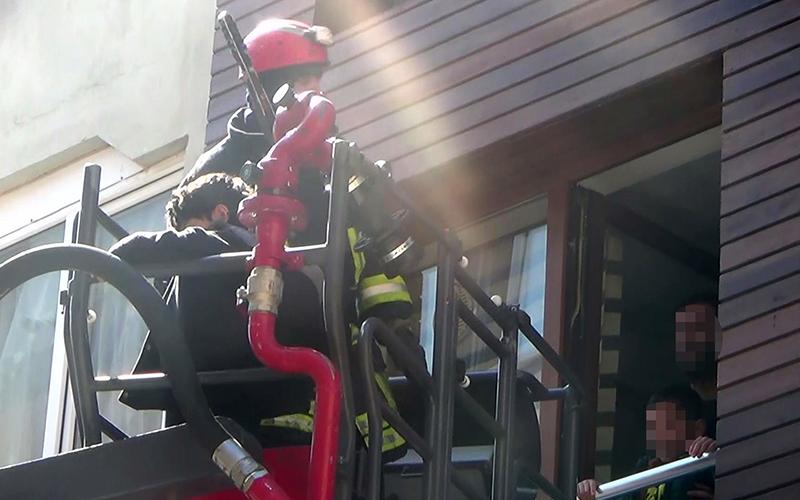 Kadın balkondan düştü, eşi ve çocukları evde mahsur kaldı