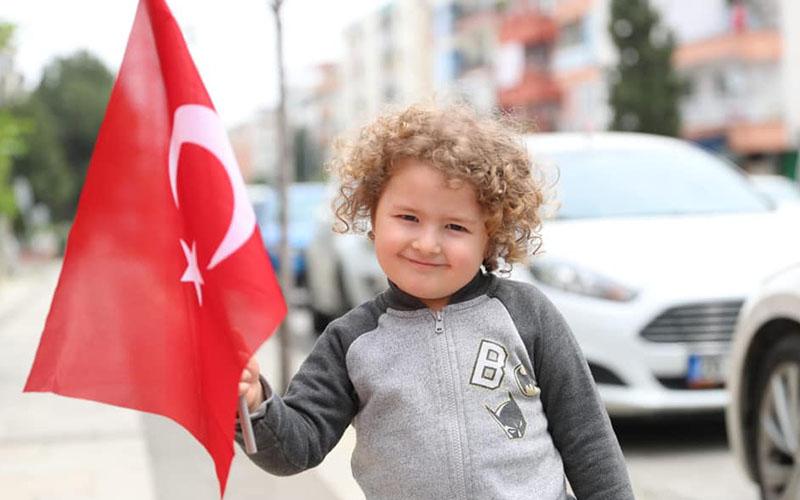 Pamukkale Belediyesi'nden çocuklara Türk Bayrağı ve balon hediyesi