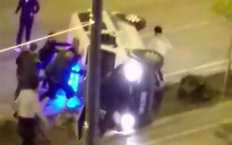 Polis aracı devrildi, yardıma vatandaş koştu