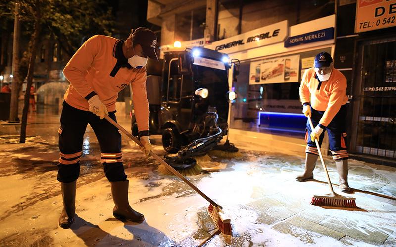 Büyükşehir ekiplerince Çaybaşı Caddesi yıkanıp, dezenfekte edildi