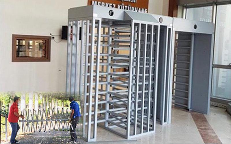 PAÜ Merkez Kütüphanesi'nin cezaevi girişini anımsatan kapısı söküldü