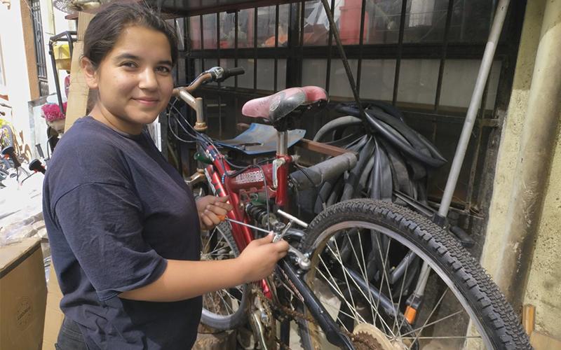 Babasıyla birlikte bisiklet tamirciliği yapan genç kız mühendislik okuyacak