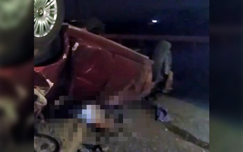 Kaza sonrası ters gelen otomobilin altında can verdi