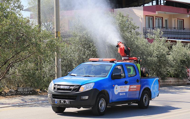 Pamukkale Belediye ekiplerinden sinekle mücadele için ilaçlama çalışması