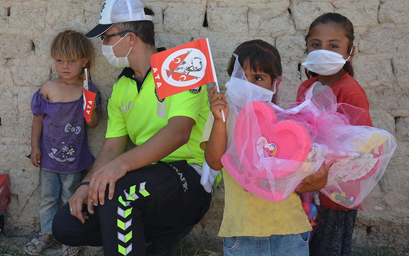 Polis, mevsimlik işçilerin çadırlarda yaşayan çocuklarını sevindirdi