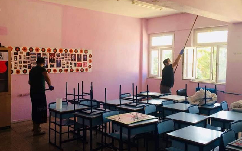 Tavas'ta öğretmenler okulun sınıflarını boyadı
