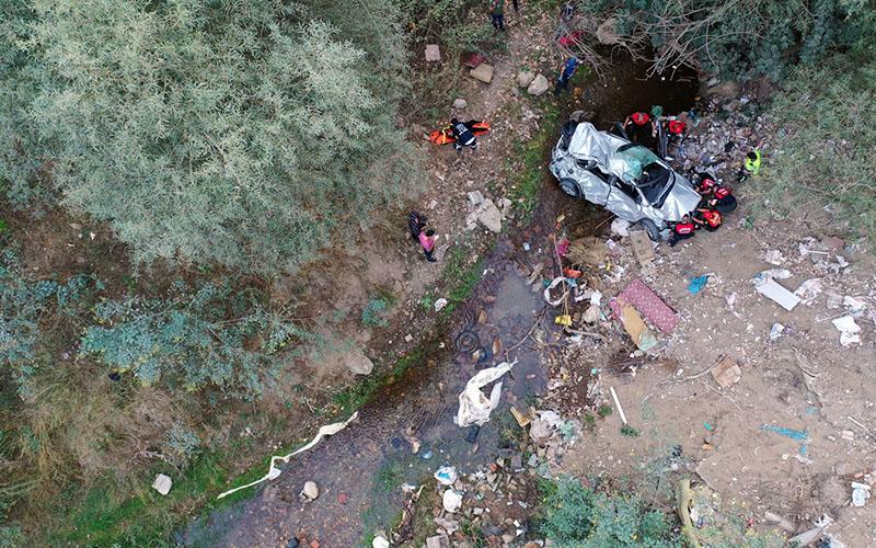 Uçuruma yuvarlanan otomobildeki anne ve kızı öldü
