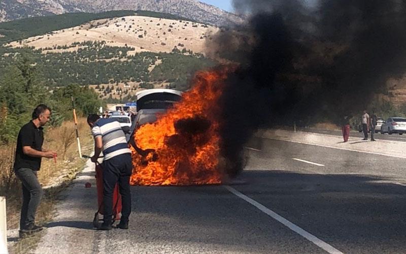 Araçları alev alan doktor çiftin hayatını dikkatli sürücü kurtardı