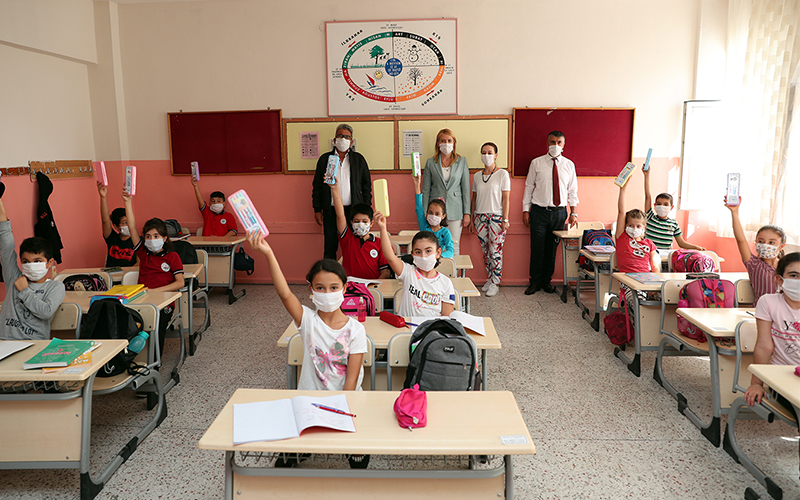 Merkezefendi Belediyesi'nden öğrencilere maske ve kırtasiye seti