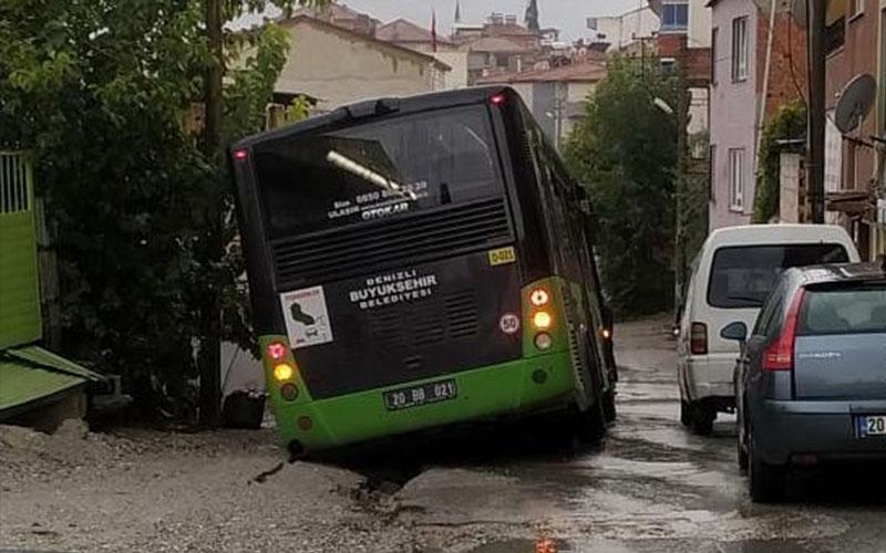 Yağmurun ardından yol çöktü, belediye otobüsü düştü