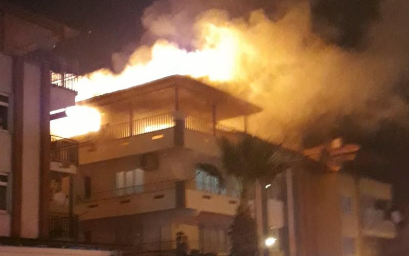 Çatı katında çıkan yangında alevler gökyüzüne yükseldi