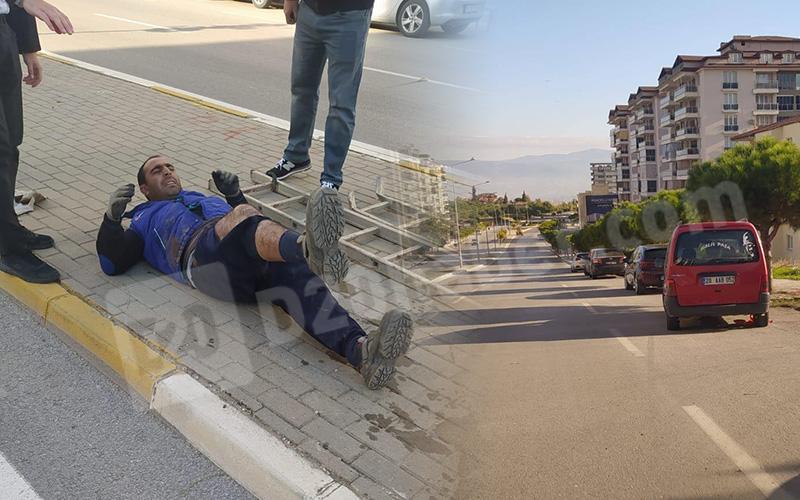 Dikkatsiz sürücü bulvarda çalışan 2 işçiye çarptı