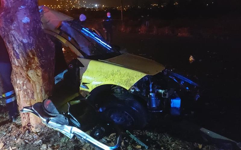 Taksi refüjdeki ağaca çarptı: 2 ölü, 1 yaralı
