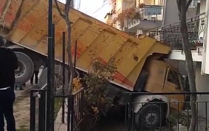 Freni boşalan kamyon evin bahçesine daldı