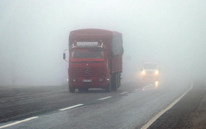Sis ulaşımı olumsuz etkiledi, trafik durma noktasına geldi