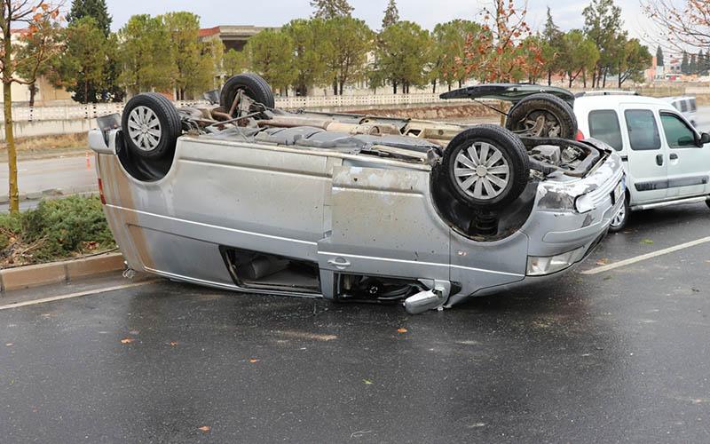 Minibüs refüje çarpıp devrildi: 3 yaralı