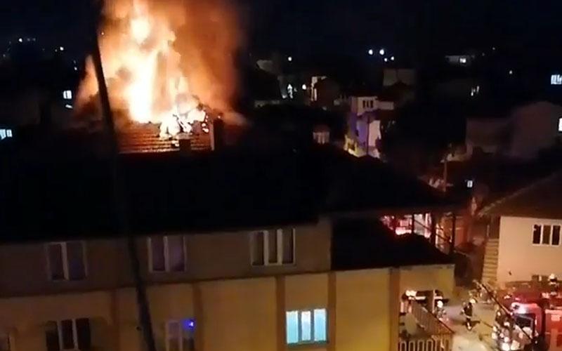 Denizli'de 3 katlı binanın çatısından alevler yükseldi
