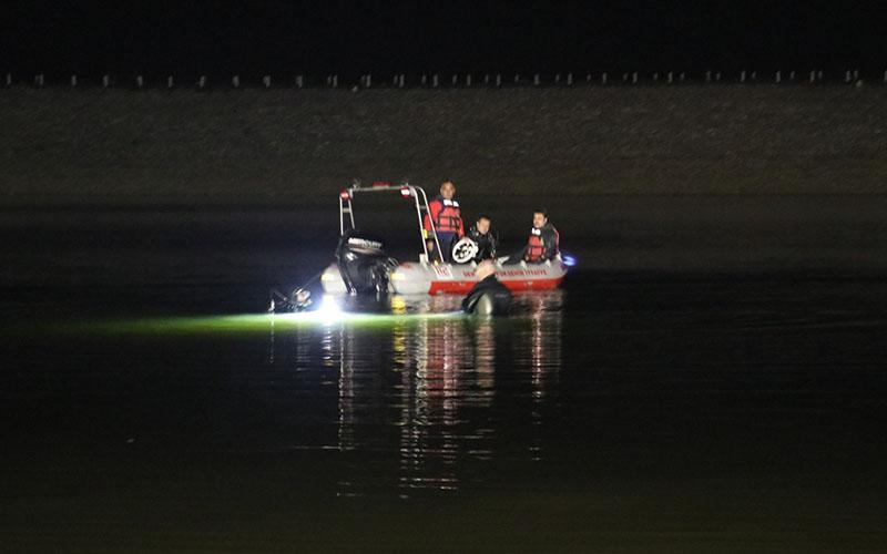 Otomobil gölete düştü, 2 kişi kayboldu