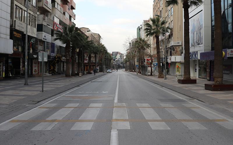 Yılın ilk gününde meydanlarda ve caddelerde sessizlik