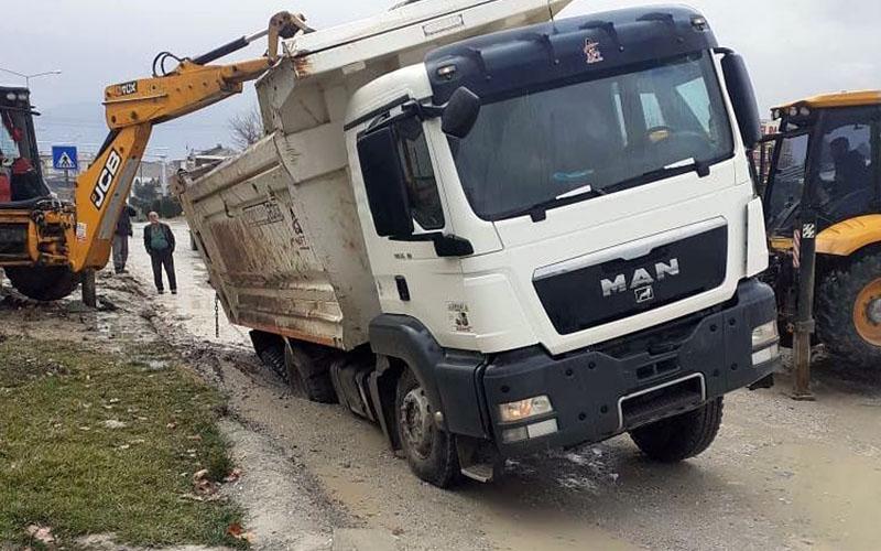 Yağmur yağdı, mıcır taşıyan kamyon göçen yola gömüldü