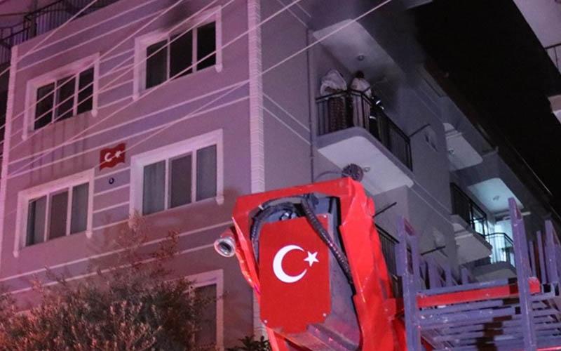 Evde çıkan yangında dumandan etkilenen aileyi itfaiye kurtardı