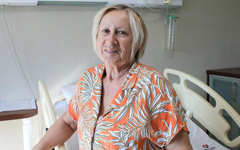 Ukraynalı hasta 3 yıldır çektiği ağrılardan 4 saatte kurtuldu