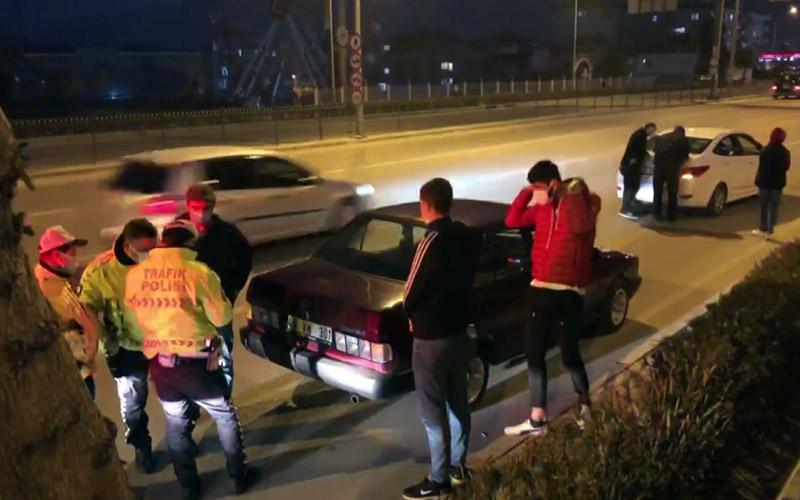 Kısıtlamayı delen 3 genç, sivil polis aracını sıkıştırdı
