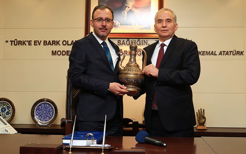 Bakan Kasapoğlu'ndan Büyükşehir Belediyesine spor yatırımları övgüsü