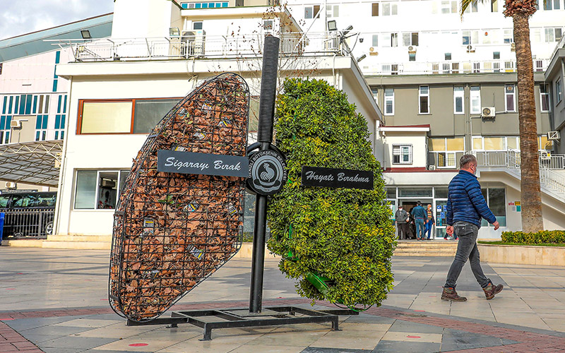 Büyükşehir'den sigaranın zararlarını betimleyen akciğer figürü